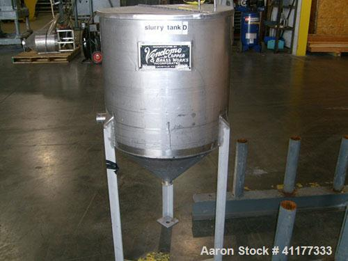 Used-Vandome Copper 45 gallon stainless steel slurry tank. Has cone bottom, triclamp discharge. Mounted on three legs.