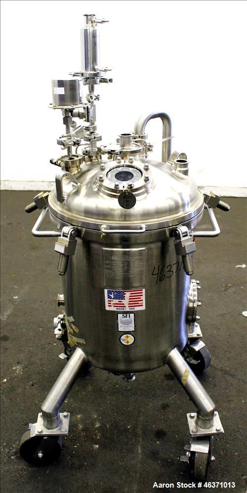 "Used- Stainless Fabrication Pressure Tank, 22.5 Gallon (85 Liter), 316L Stainless Steel, Vertical. 18"" Diameter x 17"" straig..."