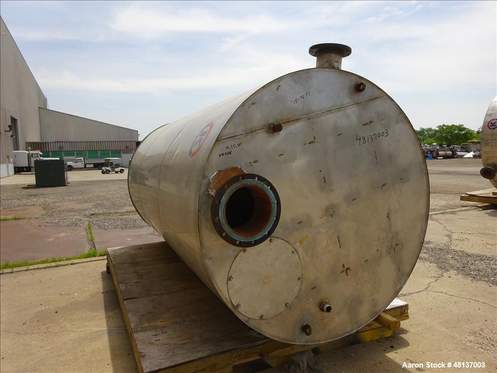 Used- Tank, Approximate 2,500 Gallon, 304 Stainless steel, Vertical.